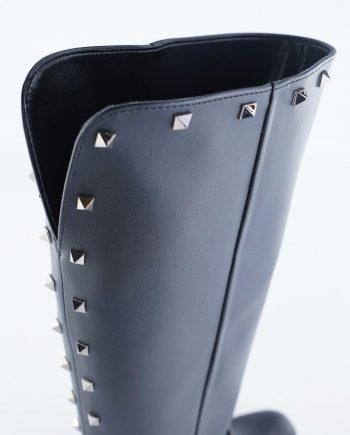Stivali-vegane-donna-al ginocchio-con-scollo-a-V-dettagli-borchie-squadrate-color-canna-di-fucile-sul-gambale-punta-tonda-con-zeppa-interna-Colore-nero-dettaglio