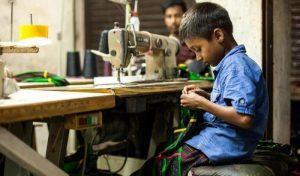 un-bambino-in-una-fabbrica-nel-bangladesh